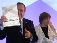 Salmond, co documento, este luns