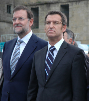 Feijoo e Rajoy durante a interpretación do Himno